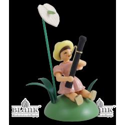 Blumenkind mit Anthurie und Fagott, sitzend